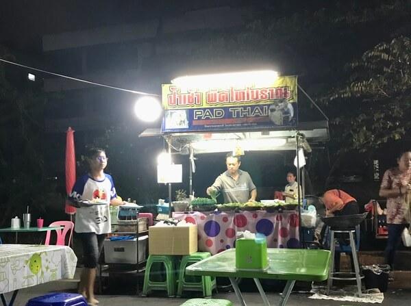 Puesto nocturno de Pad Thai